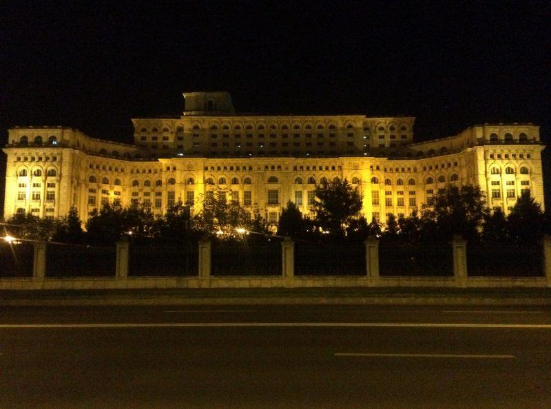 Vista noturna do Palácio do Parlamento, em Bucareste