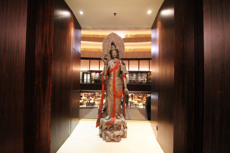 Peças de arte regional na decoração do interior do Mandarin Oriental, Singapore
